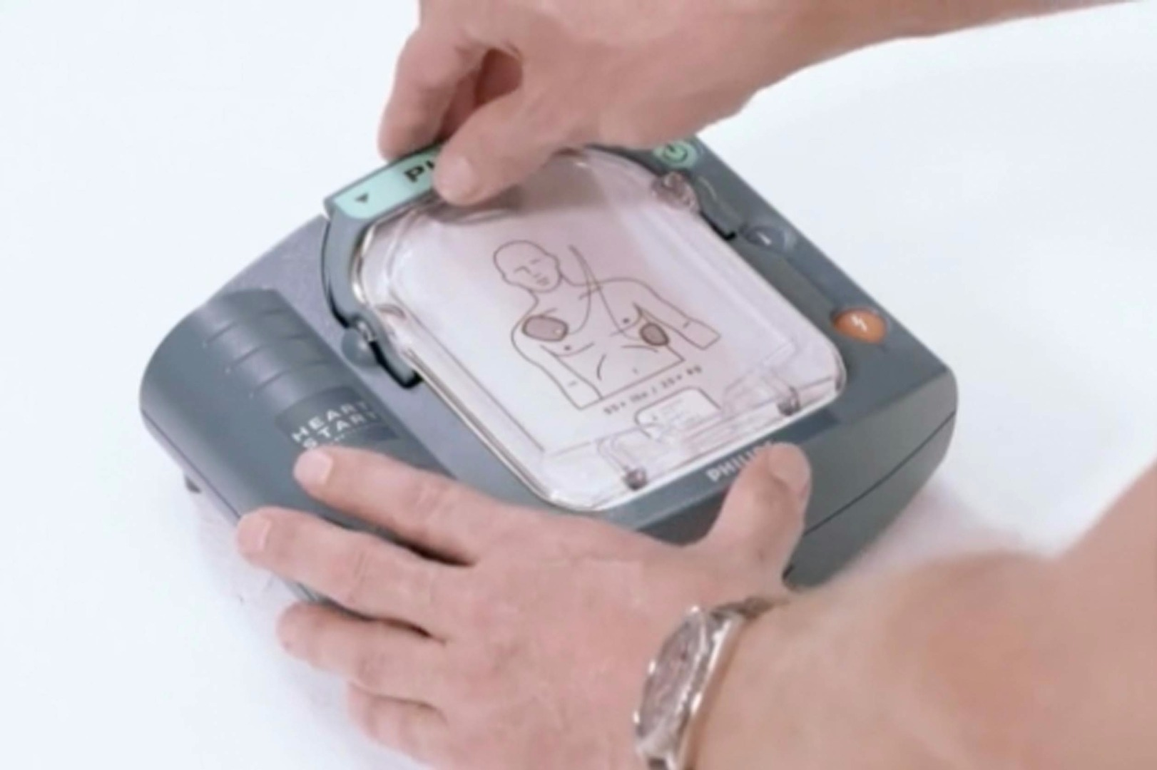Using a defibrillator (AED) correctly